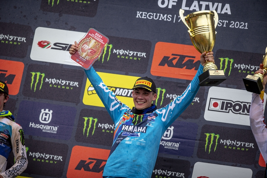 Maxime Renaux takes the lead in the MX2.